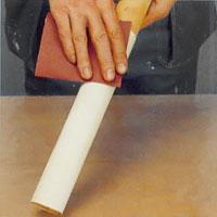 Slipa fanerstaven med ett fint slippapper.