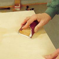 Slipa ytan och dess skarvar med fint slippapper.