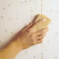 Slipa ner alla tapetskarvar och andra ojämnheter med slippapper
