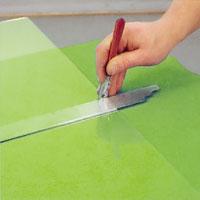Snittet ska utan avbrott dras ut till motsatt glaskant.