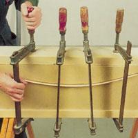Spänn fast i mallen med hjälp av tvingar och tryckskiva.