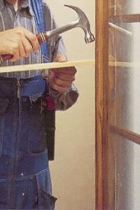 Staga fönstret genom att först mäta karminnermåttet.