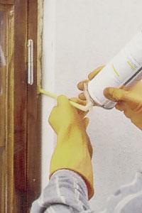Stick in plaströret i fogen som ska tätas och trycker försiktigt in avtryckaren på behållaren.