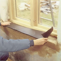 När bruket torkat täcker du ytan med grundpapp.