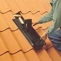 Takpannorna kring skorstenar, ventiler och dylikt, bör ligga under plåten.
