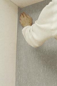 Tapetsera den smalare våden med överlapp på nästa vägg.