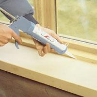 Täta mellan fönsterbänken och karmen med silikon.