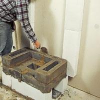 Det är mycket viktigt att täta med lerbruk även på stenarnas baksida.