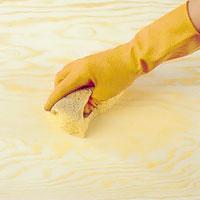 Torka av ytan med en trasa eller svamp