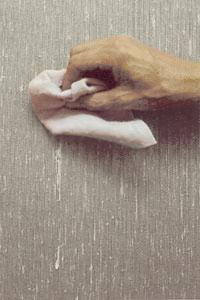 Torka omedelbart bort ev lim på vävens framsida