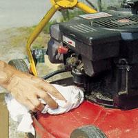 Torka rent maskinen med trasa och smörj ev rörliga delar.