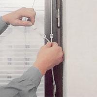 Trä linorna genom linknoppen och knyt en fast knut.