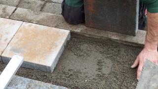 Trädgårdstrappa av betongplattor