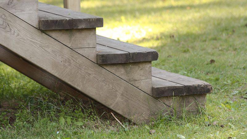 Bygg en trätrappa i trädgården