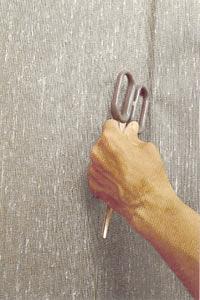 Tryck försiktigt fast våden längs dörr eller fönsterfoder.