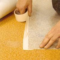 Vik upp vådens kortändar och tejpa' fast dem med dubbelhäftande tejp.