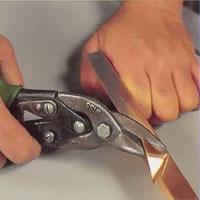 Vinklad metall som formas i en rät vinkel ska ha ett kilformat urtag