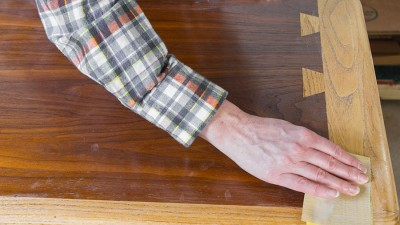 Möbelrenovering – Ytbehandla fanér och ädelträ