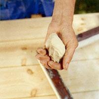 Bearbeta fönsterkittet med handen