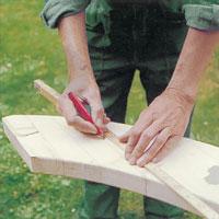 Lägg den böjda bjälken stadigt, mät ut och markera med pennan var räckesståndarna ska fästas.