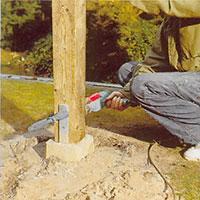 Borra hål för skruvarna i stolpen