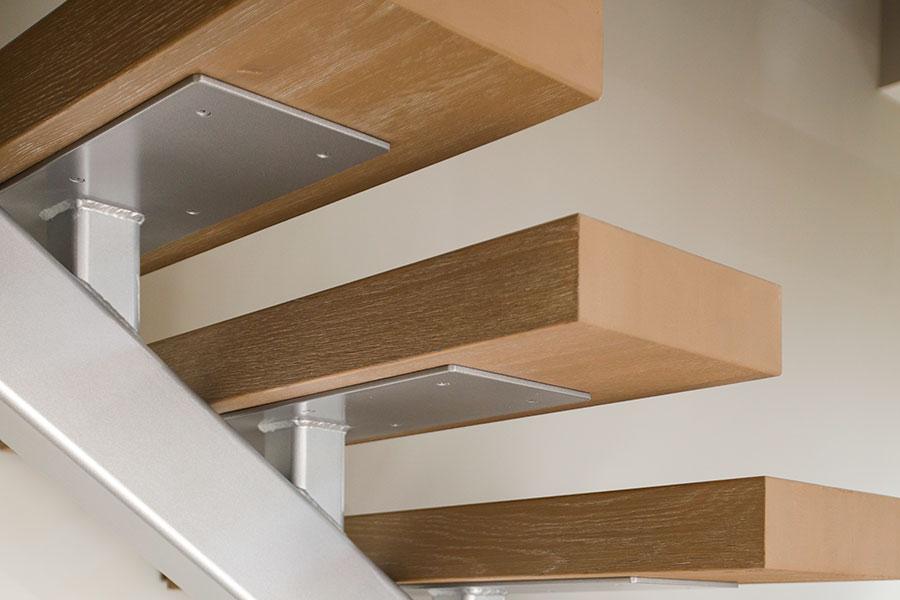 Enbalkstrappa i stål med plansteg av trä