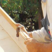 fäst vindskivorna för gott. Skråspika lätt från insidan med 60 mm spik
