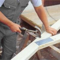 Förförbind yakstolarna på båda sidor med enkel spikplåt.
