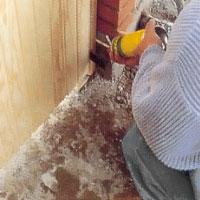 Rensa bort bruk mellan karm och mursten och fyll glipan med tätningsskum.
