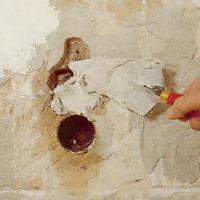 Fyller hål och ojämnheter med murbruk