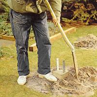 Fyll igen runt plinten med jord och grus