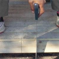 Panelen ska nertill täcka golvtrall och syllar