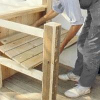 Gör bänken i golvvirkets dimension med spik och limreglar