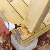 Gör uttag i stolparna för plintarnas bandjärnsändar