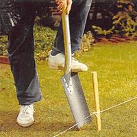 Använd stickspaden när du gräver hål