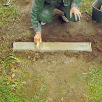 Använd en rak träbit och jämna till ytan, så att den blir helt slät.