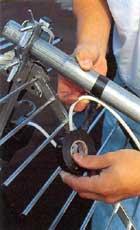 Led koaxialkabeln från kopplingsdosan till masten