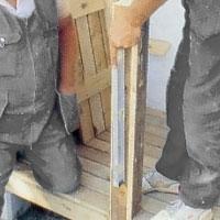 kontrollera noga att stolparna står i lod.