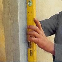 Kontrollera med vattenpasset att stolpen står rakt.