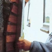 Kontrollera under hela murningsarbetet att stenarna är helt i lod.