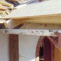kontrollera att verandans takfot ligger i nivå med takfoten på huvudbyggnaden.