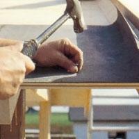 Lägg den första takpappsvåden längs takfoten