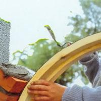 Lägg hela tiden mera murbruk på murLägg hela tiden mera murbruk på tegelstenens övre hälft.