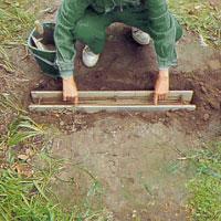 Lägg ner armeringskorgen i betongblandningen