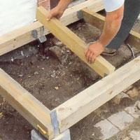 Lägg golvbalkarna i de balkskor du monterat