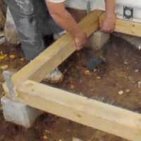 Lägg grundpapp mellan plint och balk