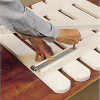 Markera hålen för gångjärnsbeslagen med en penna och förborra.