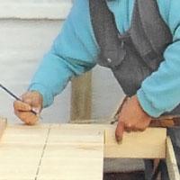 Markerar såglinjen med en penna och vinkelhake.