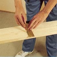 Markera såglinjer för virket till balkarna.