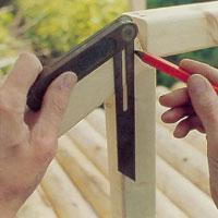Mät noga ut sågmarkeringen för övriga handledare med hjälp av en smygvinkel.
